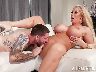 Top cougar gets the young unearth to ruin her soaked cunt