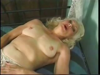 Mature auburn floozie masturbates her messy old pussy respecting a plaything